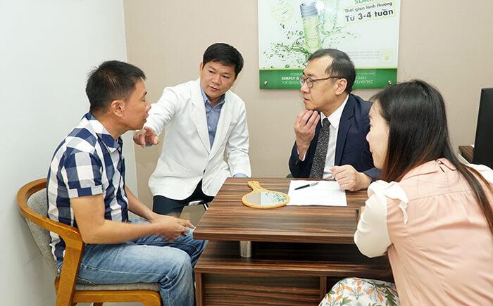TS.BS Chul Hwan Seul cùng TS.BS Nguyễn Phan Tú Dung tư vấn trực tiếp cho khách hàng tại JW