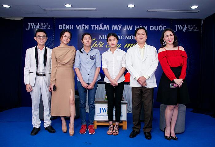 Ca sĩ Phạm Quỳnh Anh tặng đồng hành cùng Nhan sắc mới - Khởi đầu mới tại Bệnh viện Thẩm mỹ JW Hàn Quốc