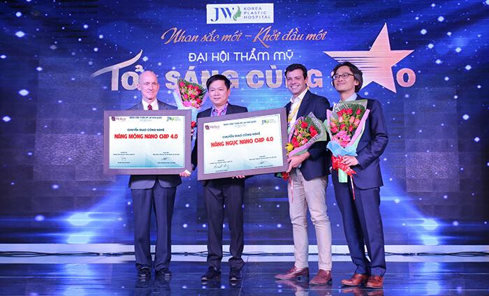 TS.BS Nguyễn Phan Tú Dung tiếp nhận bằng chuyển giao thẩm mỹ vòng 3 và thẩm mỹ ngực từ hai chuyên gia hàng đầu.