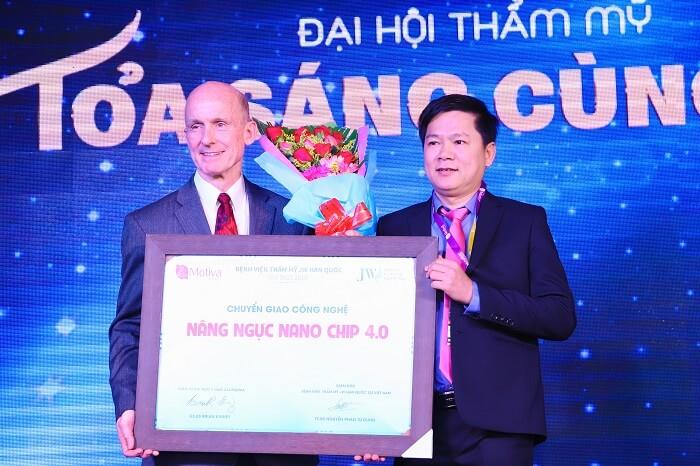 GS.BS Brian M.Kinney chuyern giao công nghệ nâng ngực Giọt Nước 4.0 cho bác sĩ Tú Dung