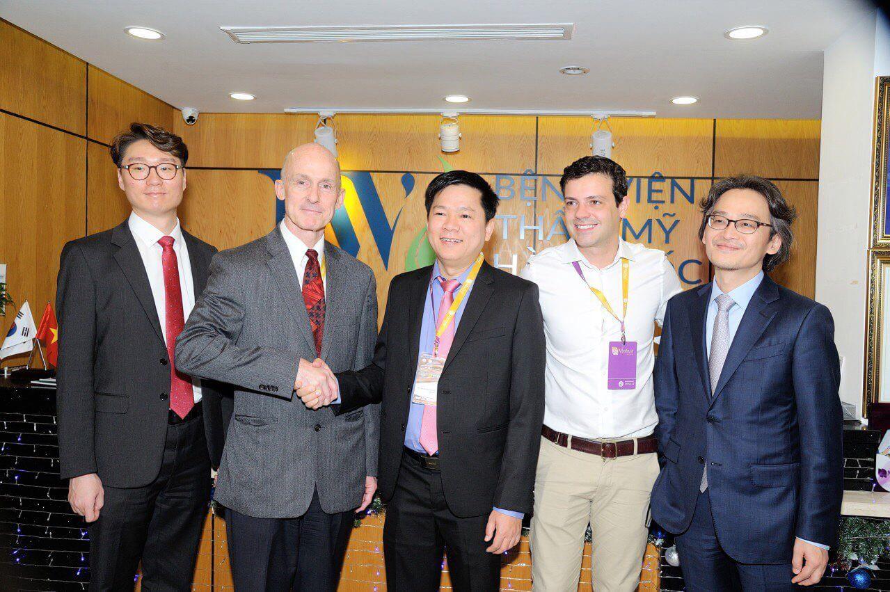 TS. BS Nguyễn Phan Tú Dung bắt tay GS.BS Brian M.Kinney cùng với các Bác sĩ nổi tiếng đến từ các Quốc gia Brazil, Hàn Quốc.