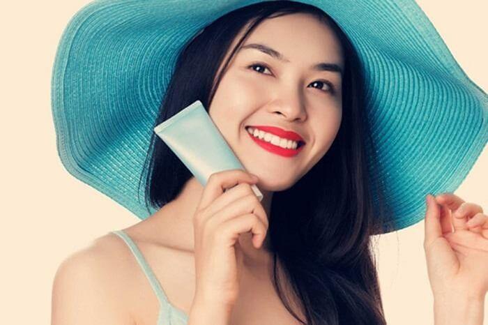 Bôi kem chống nắng vùng ngực giúp vùng này luôn được mịn màng, khỏe mạnh.