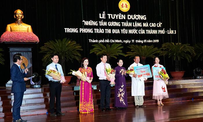 Các cấp lãnh đạo trung ương, địa phương tặng hoa tri ân sự đóng góp to lớn của các đơn vị hảo tâm