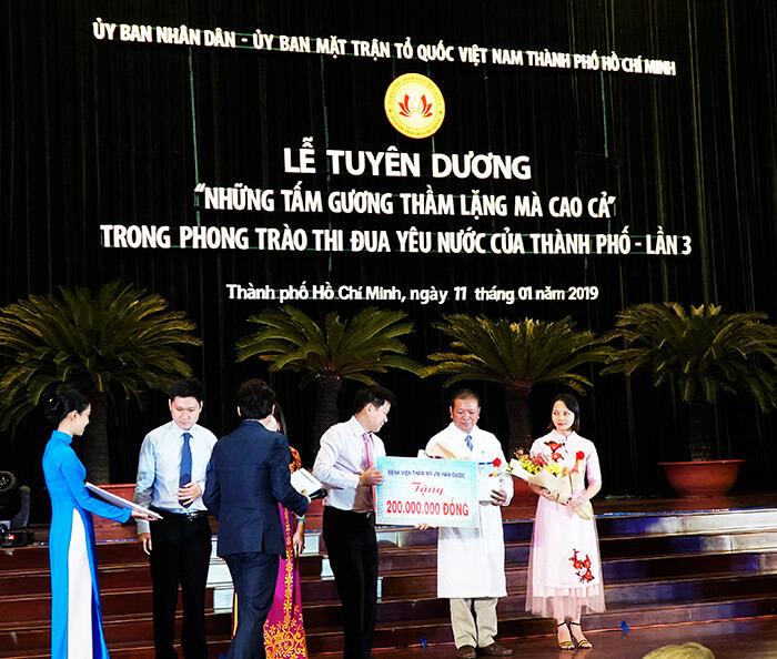 TS.BS Nguyễn Phan Tú Dung - Giám đốc Bệnh viện Thẩm mỹ JW Hàn Quốc đã trao tặng 200 triệu đồng cho Bệnh viện Nhân Ái