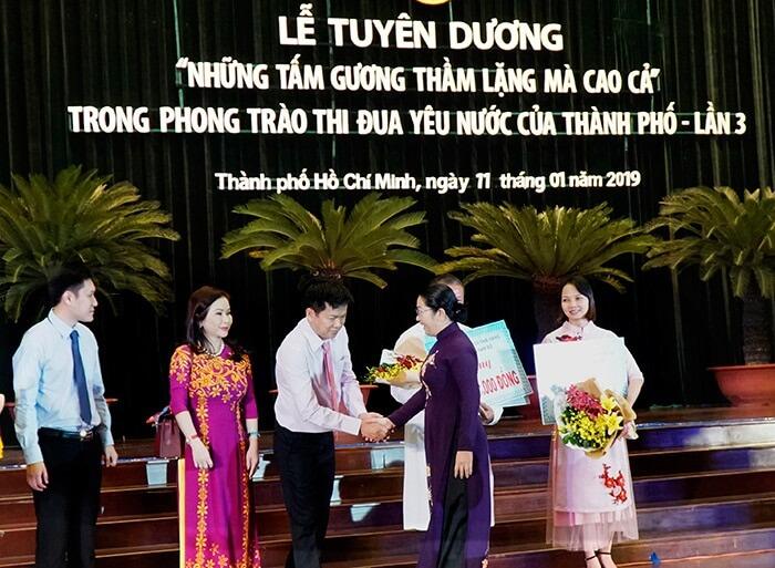 BàVõ Thị Dung, Phó Bí thư Thành ủy TPHCM bắt tay cảm ơn tấm lòng hảo tâm của bác sĩ Tú Dung