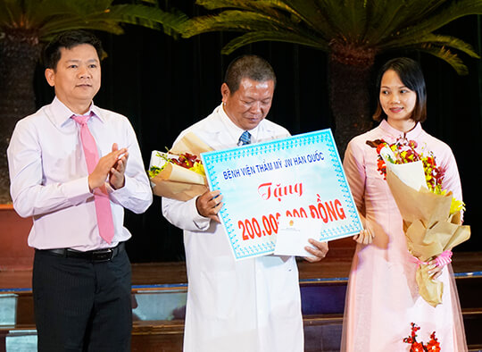 Bác sĩ Nguyễn Phi Khanh - Trưởng khoa Chăm Sóc Đặc Biệt xúc động khi đón nhận 200 triệu đồng về quỹ từ thiện của bệnh viện