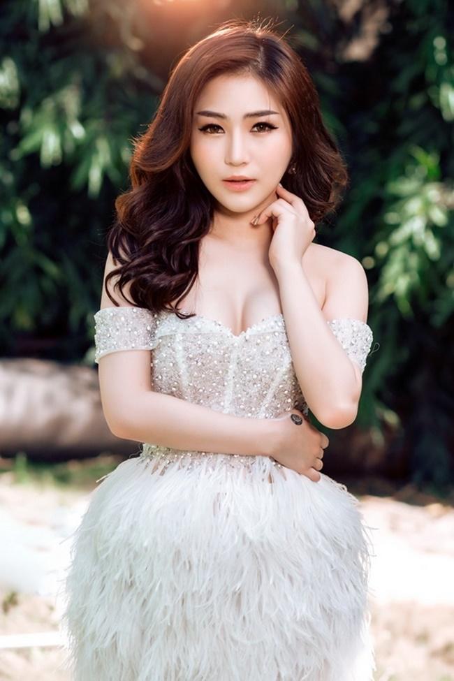 Hương Tràm - sao việt có vòng 1 đẹp nhất Việt Nam