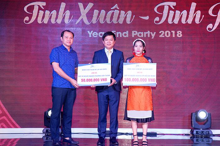 Ông Võ Nguyên Khanh – Chủ tịch UBND phường Bến Thành – TP.HCM đón nhận phần quỹ được trao tặng từ TS.BS Nguyễn Phan Tú Dung trao tặng trong ngày 5-1 vừa qua