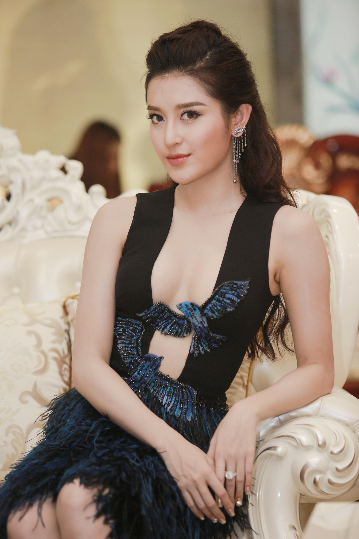 My nhan tuoi hoi co than hinh nong bong - Á hậu Huyền My