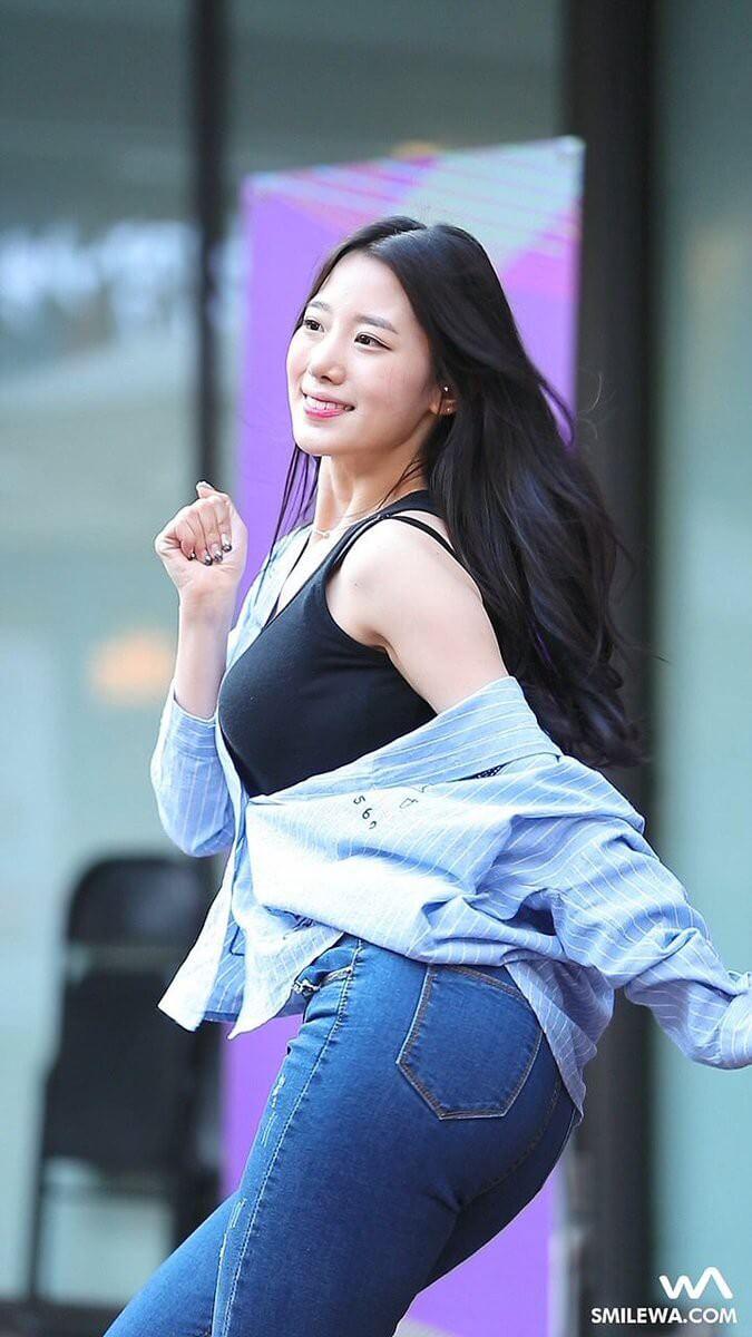 Trông dễ thương là thế, song Johyun lại sở hữu body nóng bỏng bất ngờ. Cô nàng từng khiến fan á ố vì vòng 1 và vòng 3 đồ sộ