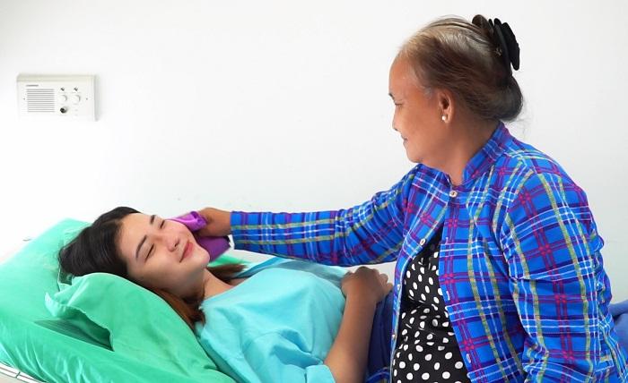 Thoại Vy được bà ngoại chăm sóc trong những ngày đầu sau phẫu thuật.