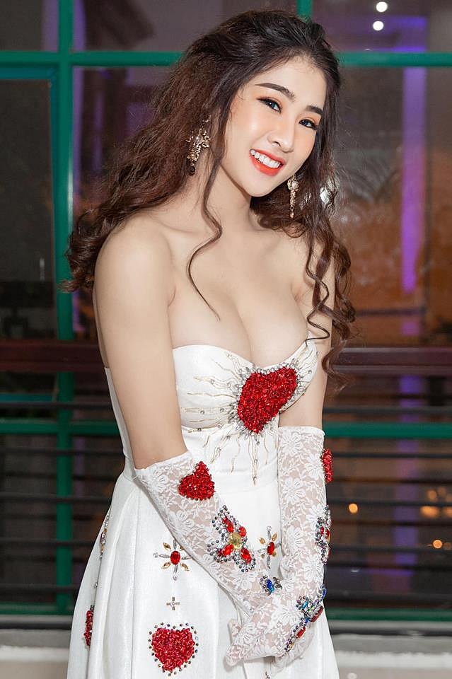 Top 10 mỹ nhân sở hữu bầu ngực khủng của Showbiz Việt_19