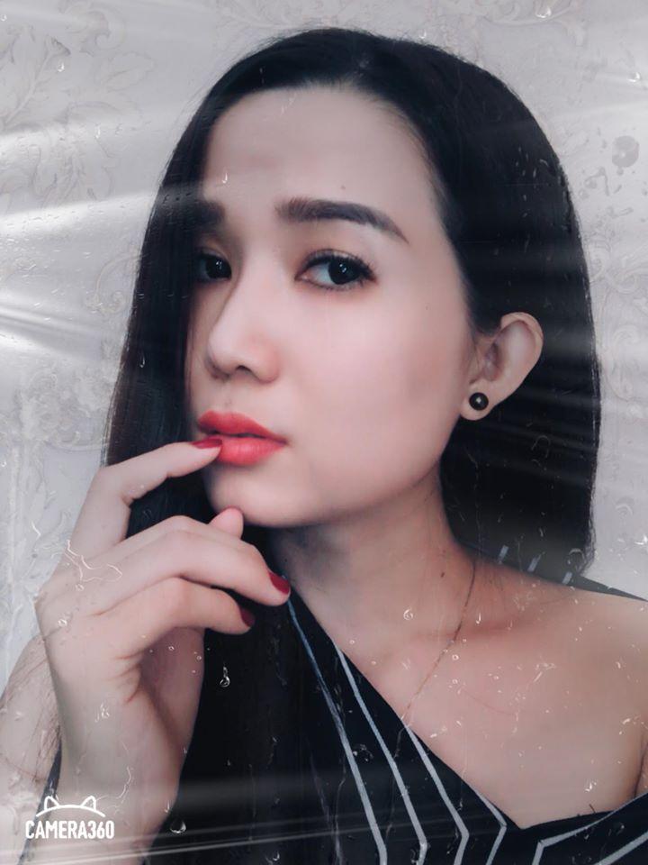 Song Thương thường xuyên chụp hình selfie khoe góc nghiêng đăng Facebook