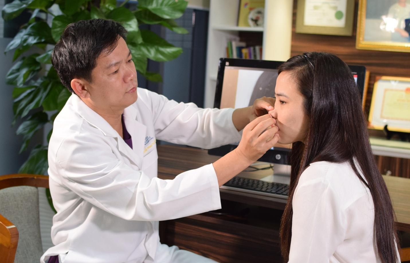 Chân dung vị bác sĩ cứu chữa thành công hàng nghìn trường hợp mũi hỏng - hình 2