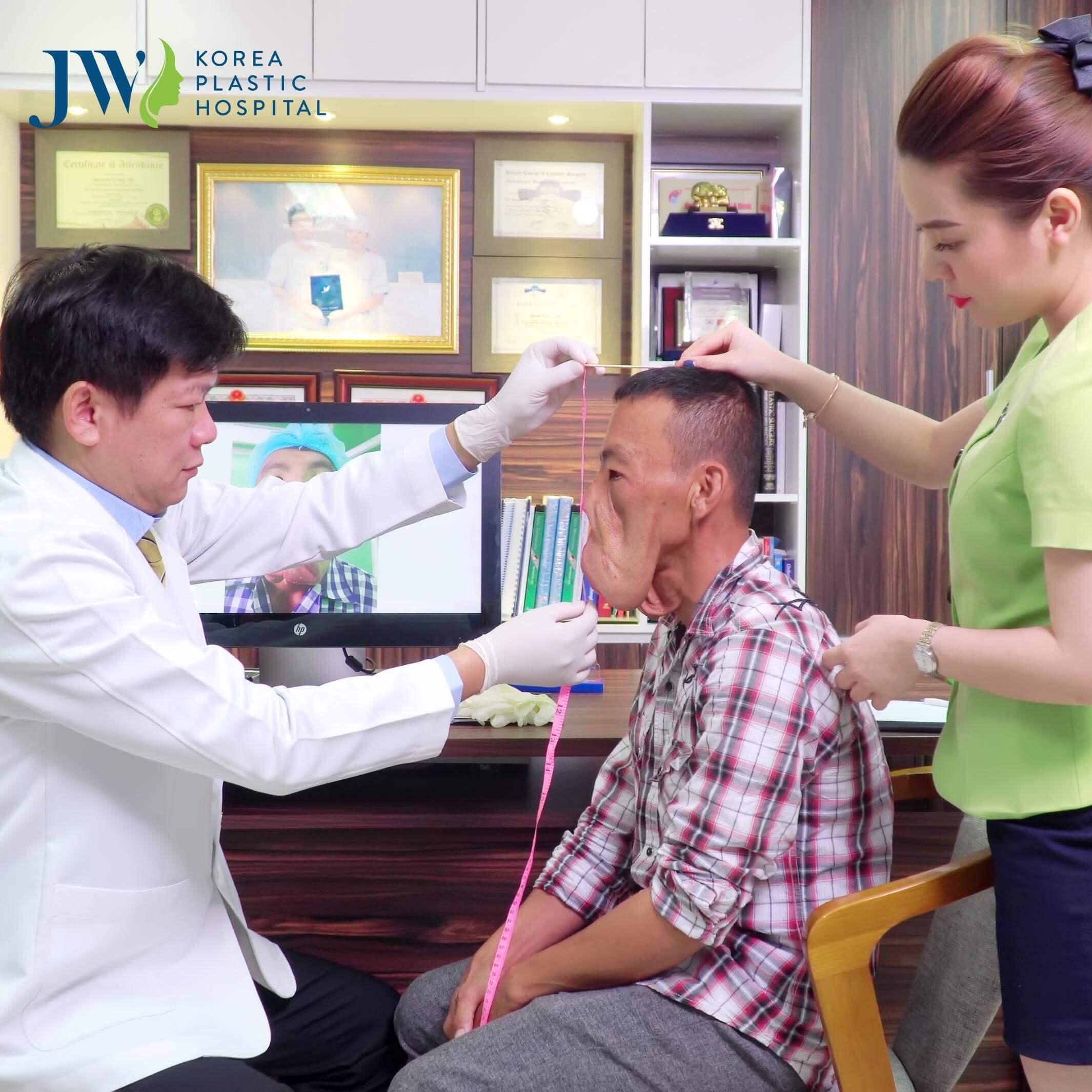 Anh Mến được bác sĩ Tú Dung đo lại gương mặt