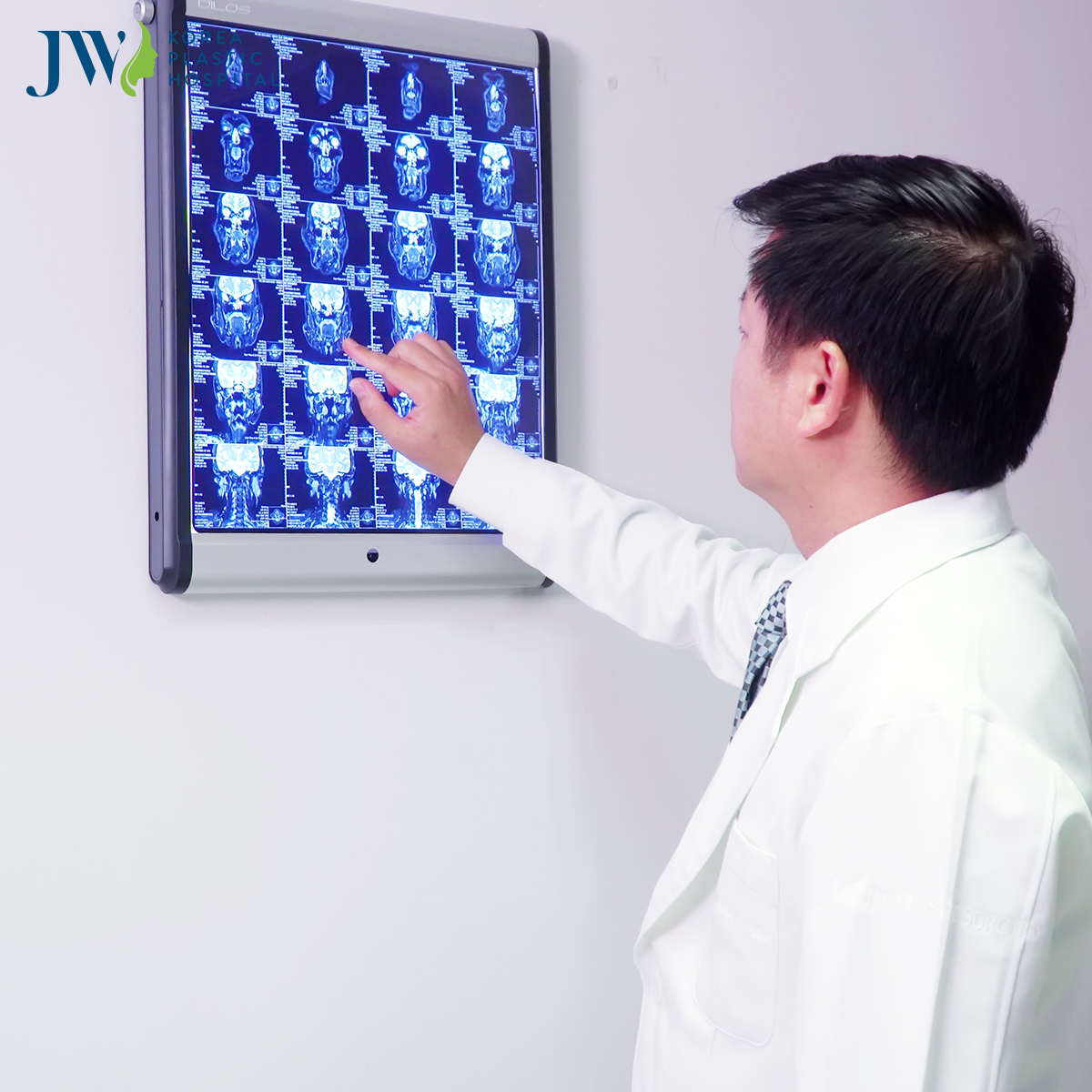 Bác sĩ Tú Dung nghiên cứu kết quả chụp CT3D của anh Mến