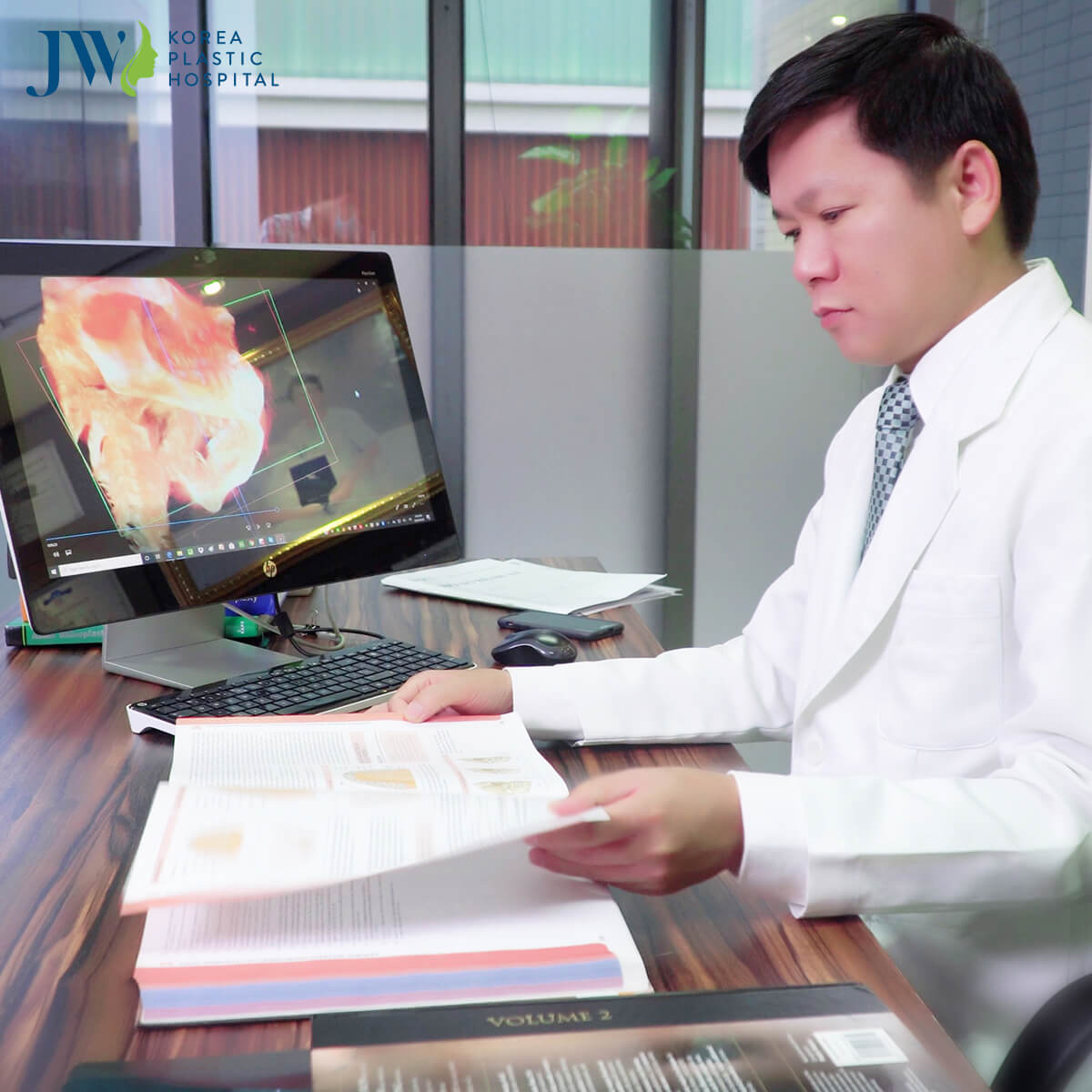Bác sĩ Tú Dung nghiên cứu về căn bệnh của anh Mến