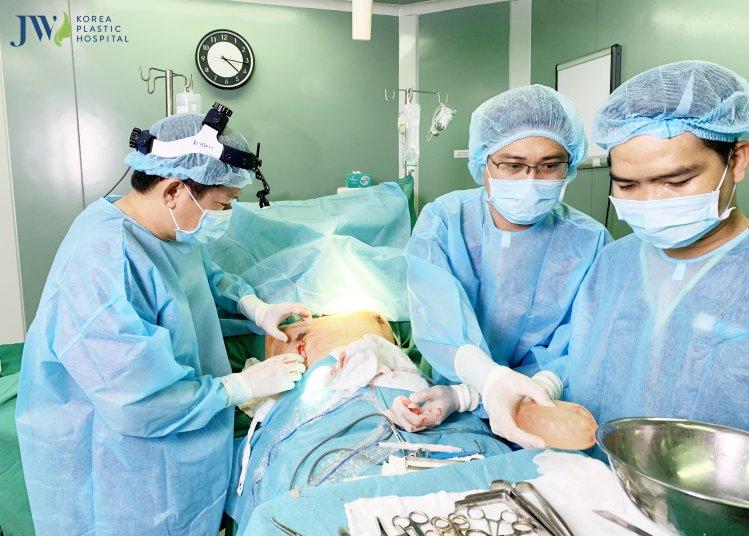 Bác sĩ Tú Dung cùng ekip Bệnh viện JW mổ cấp cứu cho bệnh nhân