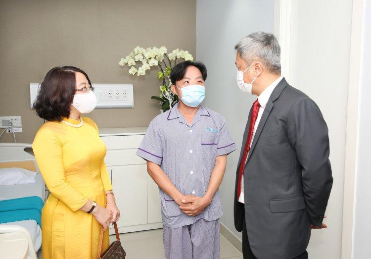 Thứ trưởng Y tế Nguyễn Trường Sơn thăm, động viên anh Mến