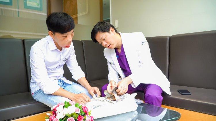 Bác Sĩ Tú Dung được anh Mến tặng quà