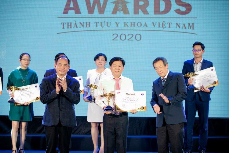 Bác sĩ Tú Dung nhận giải thưởng Thành tựu Y khoa Việt Nam